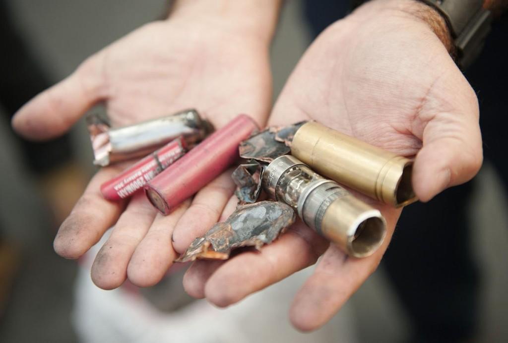 Hovorca Orange County Fire Authority ukazuje zvyšky zariadenia, ktoré vybuchlo v rukách Chrisa Brookinsa.